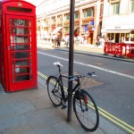 電話ボックスと自転車