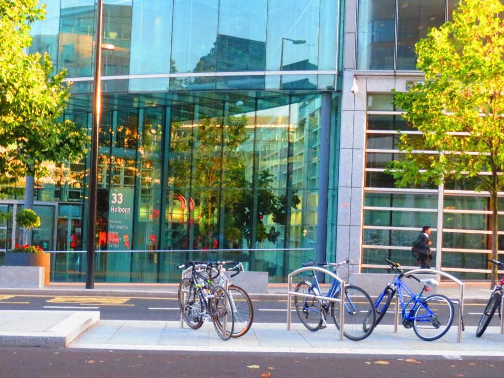 オフィス街の自転車置き場