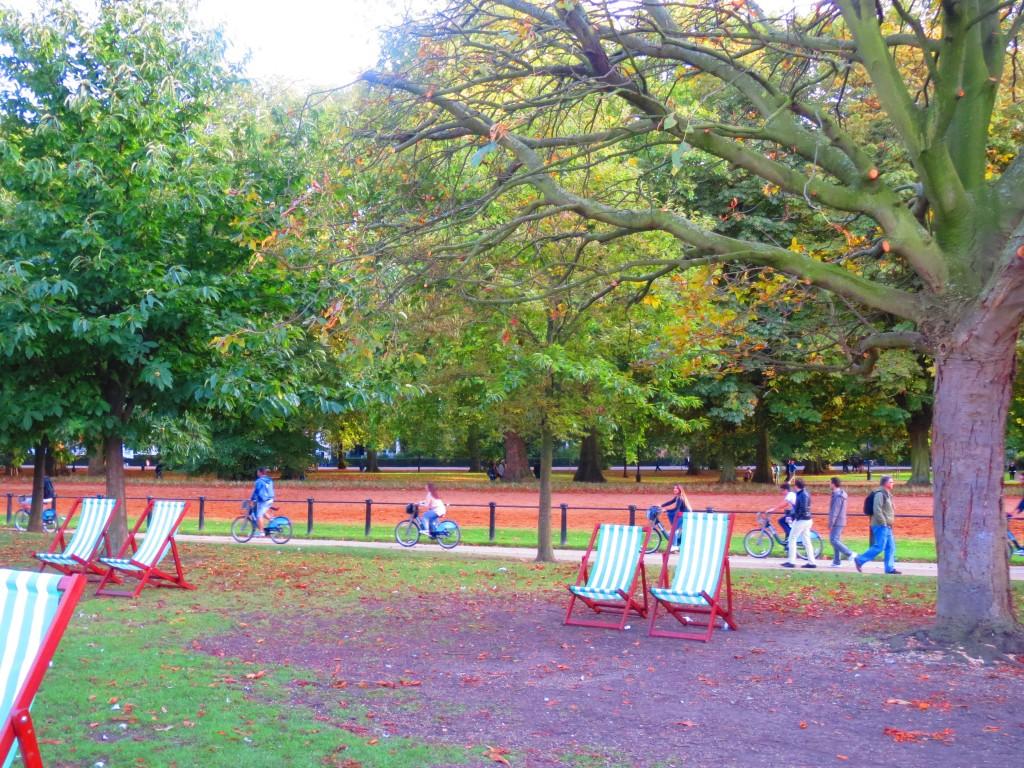 ハイドパーク内でも青い貸し自転車がたくさん走っています。広い公園なので、自転車でまわるというのはとても賢い選択かもしれませんね♫