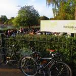 水辺のカフェと自転車