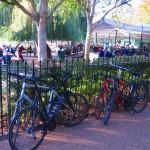 ハイドパーク内のカフェ。観光客だけでなく地元のサイクリストも訪れます。