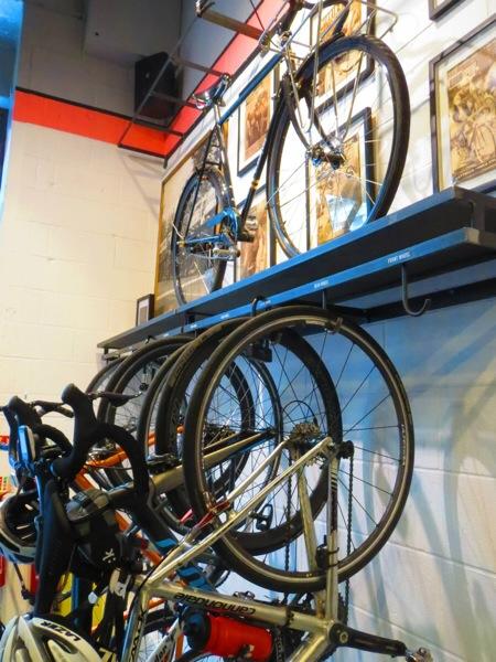 店内には10台分のバイクラックが