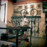 カフェに座りコーヒーを楽しみながらお洒落な店内を眺める