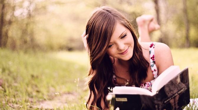 森の中で本を読む女性